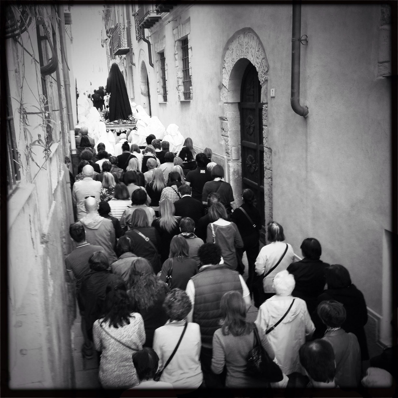 madonna e fedeli in processione
